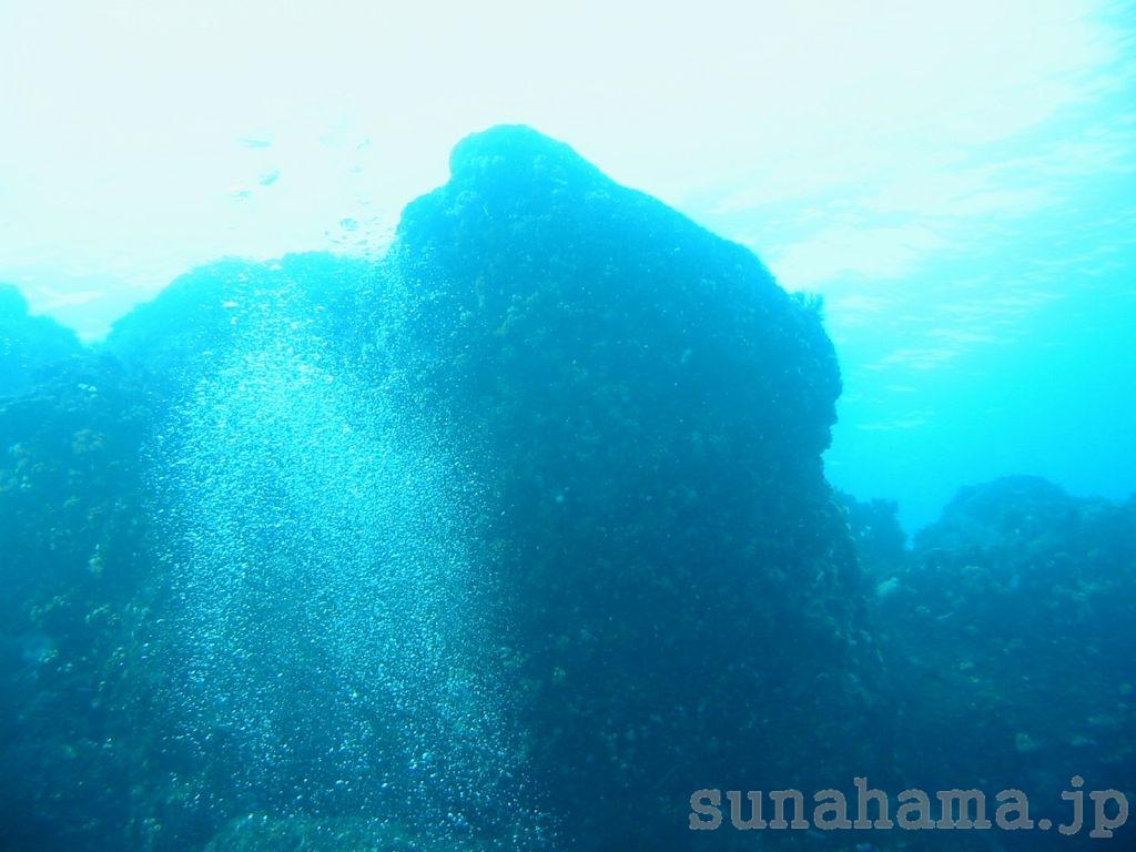 岩と泡の壁紙 1024×768【伊豆の海中壁紙 水中写真を壁紙にしました!】