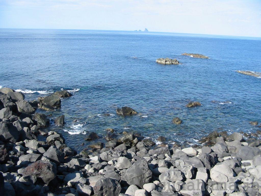 富賀浜から見た三本岳の壁紙 1024×768【伊豆の海中壁紙 水中写真を壁紙にしました!】