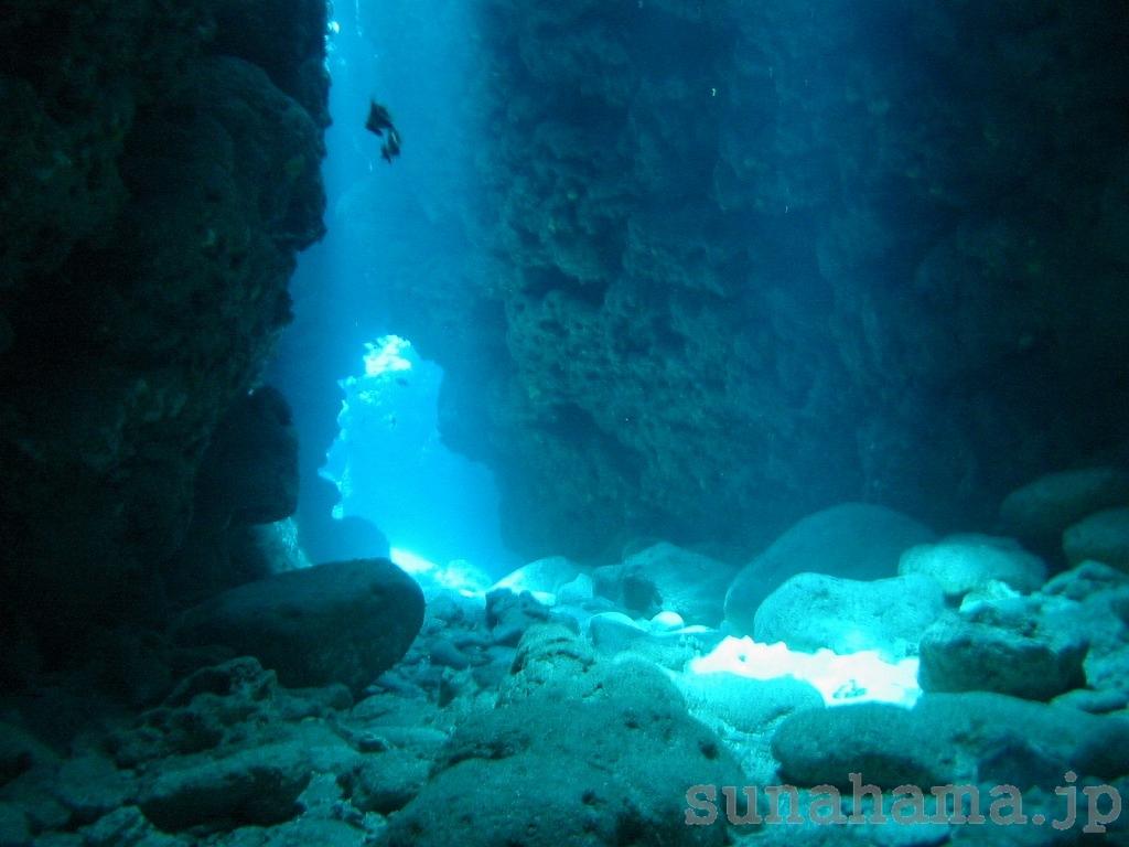 洞窟の壁紙 1024×768【沖縄の海中壁紙 水中写真を壁紙にしました!】